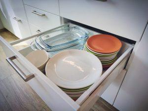 kuchnia - szuflady - naczynia kuchenne