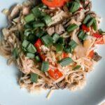 Makaron chow mein z wołowiną i warzywami