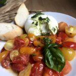 Pieczone pomidory i burrata z dressingiem bazyliowym